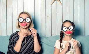 אמא ובת שמות מסיכות (צילום: kateafter | Shutterstock.com )