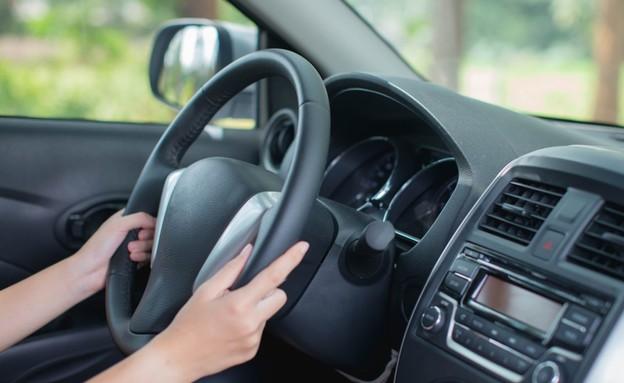ידיים על ההגה במכונית (צילום: Worranan Junhom, ShutterStock)