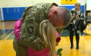 חייל מפתיע את בתו (צילום: מתוך הסרטון)