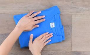 ידיים מקפלות חולצה (צילום: מתוך הפייסבוק של Blossom)