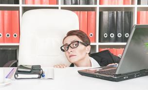 אישה מיואשת במשרד  (צילום: kateafter | Shutterstock.com )
