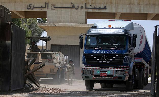 משאיות עם דלק נכנסות לעזה (צילום: רויטרס)