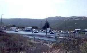 הכביש נחסם זמנית לתנועה (צילום: שי אלבז, חדשות)