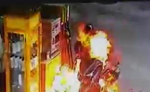 """כך ניצל האופנוען שנשרף במהלך תדלוק (צילום: מתוך """"חדשות הבוקר"""" , קשת 12)"""