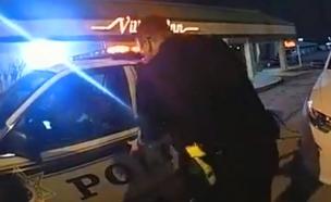 צפו: נעצרה, נאזקה - וגנבה את הניידת (צילום: משטרת טולסה, חדשות)