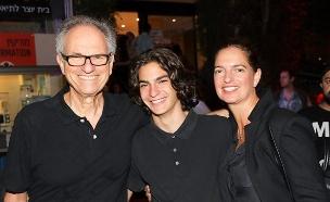 """ארי ז""""ל עם הוריו איריס ואבי (צילום: רפי דלויה , חדשות)"""