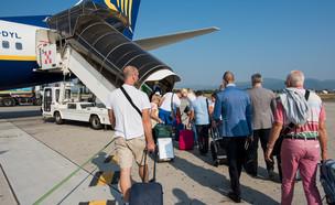 עלייה למטוס (צילום:  Eugenio Marongiu, shutterstock)