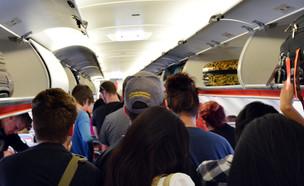 מטוס עמוס (צילום:  ChameleonsEye, shutterstock)