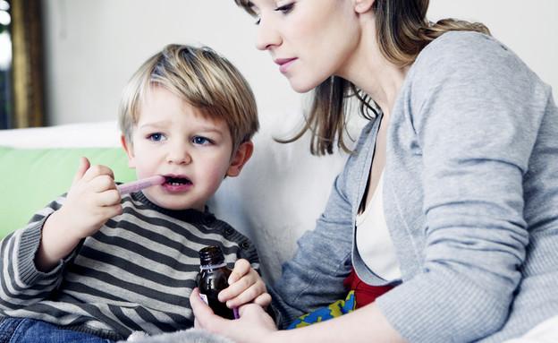 ילד לוקח תרופה (צילום: By Dafna A.meron, shutterstock)