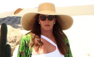 קייטלין חוגגת בבגד ים (צילום: אינסטגרם - redcarpetmood)