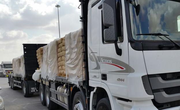 """משאית סחורה מחוץ למעבר כרם שלום (צילום: דוברות מתפ""""ש, חדשות)"""