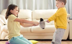 ילד וילדה רבים על צעצוע (אילוסטרציה: kateafter | Shutterstock.com )