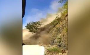 מטרים מאסון: אוטובוס ניצל ממפולת (צילום: רויטרס, חדשות)