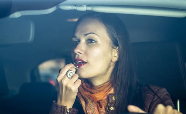 אישה מתאפרת בזמן נהיגה (צילום: spflaum, shutterstock)