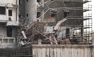 """קריסת פיגומים באתר בנייה בפתח תקווה (צילום: עומר דוברות כב""""ה מרכז, חדשות)"""