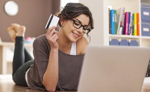 אישה שמחה קונה באינטרנט (צילום: kateafter   Shutterstock.com )