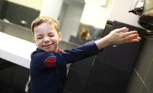 ילד מייבש ידיים בשירותים (אילוסטרציה: By Dafna A.meron, shutterstock)