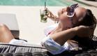 אישה עשירה יושבת על ספרה עם מוחיטו (אילוסטרציה: By Dafna A.meron, shutterstock)