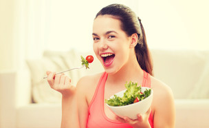 נערה אוכלת סלט (אילוסטרציה: kateafter | Shutterstock.com )