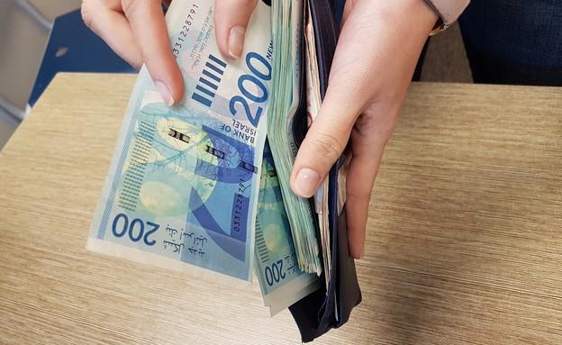 שטרות של 200 שקלים בארנק (צילום: מערכת mako כסף)