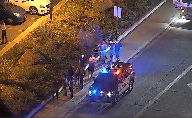 מחוץ לזירת הירי בקליפורניה (צילום: SKY NEWS, חדשות)
