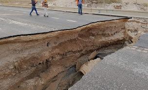 קטע מכביש 90 שקרס. צפו (צילום: דוברות המשטרה, חדשות)