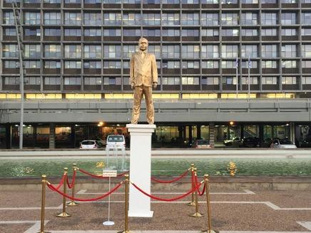 פסלו המוזהב של נתניהו בכיכר רבין