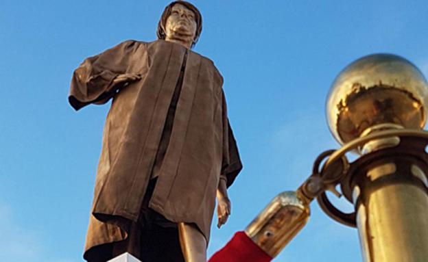 הפסל המוזהב של מרים נאור (צילום: חדשות)