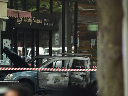הרכב השרוף של המחבל בזירת הפיגוע (צילום: Sky News, חדשות)