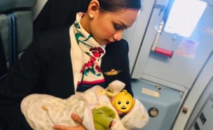 הדיילת פטרישה אורגנו מניקה את התינוקת (צילום: CNN, חדשות)