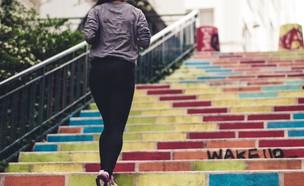 אישה רצה במדרגות (צילום:  Ev on Unsplash)