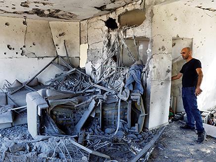 הפגיעה הישירה בבניין באשקלון השבוע (צילום: רויטרס, חדשות)