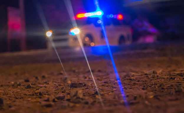 ניידת משטרה בלילה (צילום: shutterstock | warunee singlee)