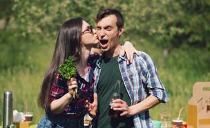 בני זוג מצטלמים (צילום: Lipik Stock Media, ShutterStock)