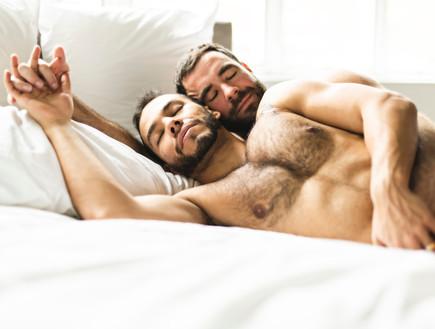 זוג גייז במיטה (צילום: Lopolo, Shutterstock)