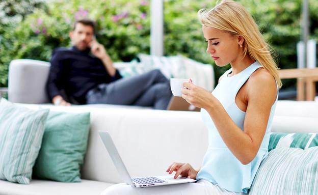 אישה יושבת מול מחשב עם גבר ברקע (אילוסטרציה: kateafter | Shutterstock.com )