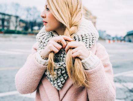 שיער בחורף - אישה קולעת צמה