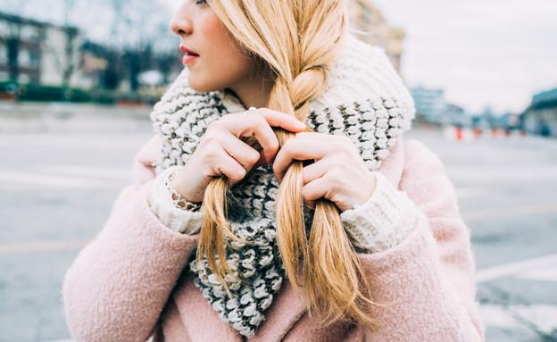 שיער בחורף - אישה קולעת צמה (צילום: Eugenio Marongiu, shutterstock)