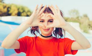 אישה מסמנת לב עם כפות הידיים (צילום:  Superlime, shutterstock)