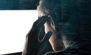גבר מול מסך מחשב (צילום: Dean Drobot, ShutterStock)