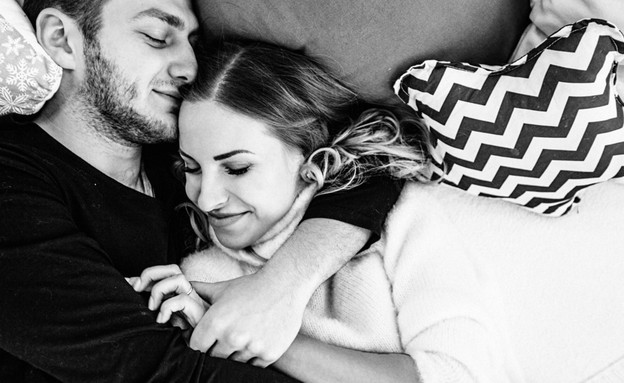 זוג אוהב במיטה (צילום: shuttetstock)