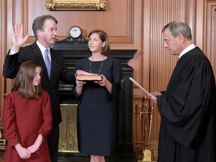 נשיא בית המשפט העליון רוברטס משביע את הש