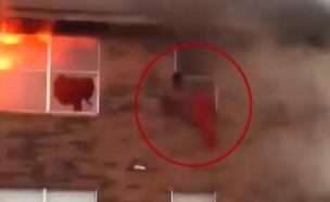 דיירים נמלטים על חייהם מבניין בוער (צילום: חדשות)