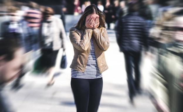 אישה היסטרית ברחוב (אילוסטרציה: By Dafna A.meron, shutterstock)