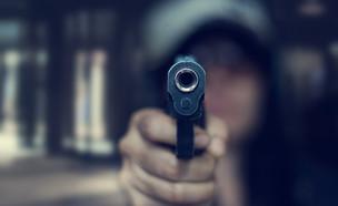 עבריין עם נשק (צילום: shutterstock | PopTika)