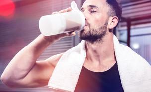 מתאמן שותה חלבון (צילום: shutterstock)