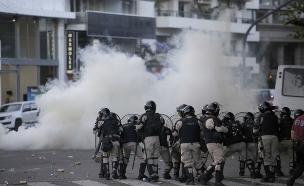 המשטרה מנסה להדוף את המתפרעים (צילום: המשטרה הודפת את האוהדים המתפרעים בארגנטינה, חדשות)