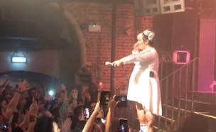 """בלעדי: הפגנת ה-BDS בהופעה של נטע ברזילי בלונ (צילום: מתוך """"ערב טוב עם גיא פינס"""", קשת 12)"""