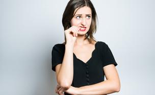 אישה מבולבלת (צילום: shutterstock By Borysevych.com)