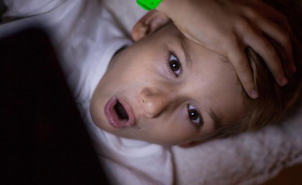 ילד מופתע מול טאבלט  (אילוסטרציה: kateafter | Shutterstock.com )